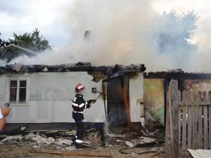 Un puternic incendiu a izbucnit luni după-amiază într-o gospodărie din comuna Dărmăneşti
