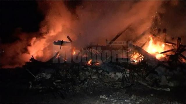 Un puternic incendiu a izbucnit, luni seară, în jurul orei 19.30, într-o gospodărie din satul Dumbrăveni