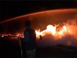 Un puternic incendiu a izbucnit luni seară într-o gospodărie din satul Dumbrăveni, comuna Râşca