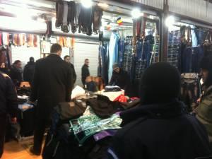 Inspectorii antifraudă au confiscat mărfuri de la comercianţii ilegali din Bazarul Sucevei