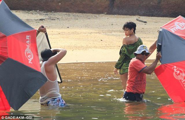 Rihanna a pozat topless pe o plajă din Brazilia