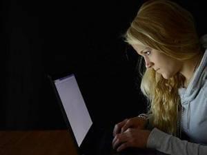 Tinerii care au avut părinţi duri sunt mai expuşi riscului de dependenţă de internet