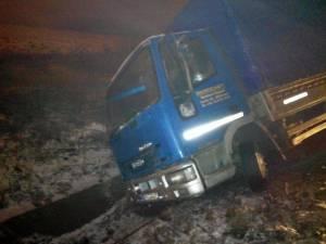 Tirul care a derapat şi a blocat circulaţia    Foto: Bogdan Nasaudean