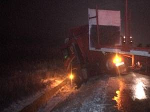 Drumul european 576, care leagă Suceava de Vatra Dornei, a fost blocat aseară, în jurul orei 20.00, după ce un tir a derapat şi s-a pus de-a curmezişul carosabilului în zona Trei Movile - Şcheia