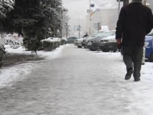 În unele zone, trotuarele s-au transformat în adevărate patinoare