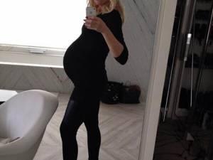 Gwen Stefani se laudă cu burtica de gravidă