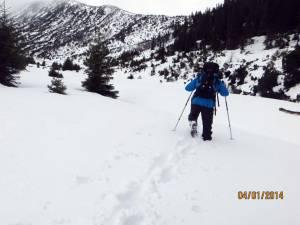 Turiştii care doresc să meargă pe munţi, avertizaţi că vor avea parte de vânt şi ninsori