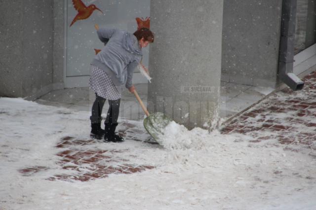 Firmele ar trebui să-şi cureţe trotuarele de zăpadă şi gheaţă