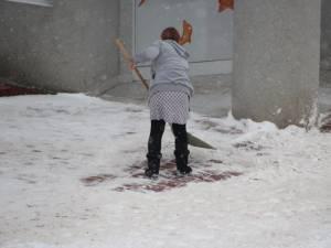 Locatarii  trebuie să cureţe zăpada de pe trotuarele şi aleile din zona locuinţelor şi a firmelor
