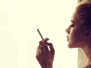 Fumătorii care doresc să rămână la greutatea actuală se tem că renunţarea la acest obicei i-ar putea predispune la îngrăşare. Foto: Shutterstock
