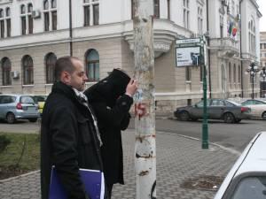 Cristi Marian Ioanei şi-a acoperit faţa cu haina când a fost dus la audieri la procurori