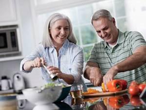 Cei care îşi împart între ei treburile gospodăreşti se simt satisfăcuţi de relaţia lor. Foto: CORBIS