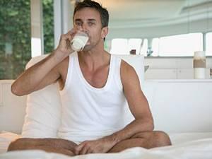 Dacă la culcare bem lapte şi consumăm produse bogate în seleniu, riscul de insomnie scade cu aproximativ 20%