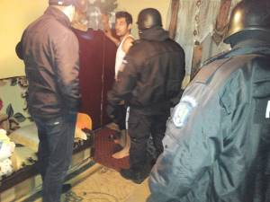 Poliţiştii au descins luni dimineaţa la domiciliile suspecţilor