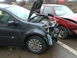 Impactul a fost destul de violent, cele două maşini suferind avarii serioase