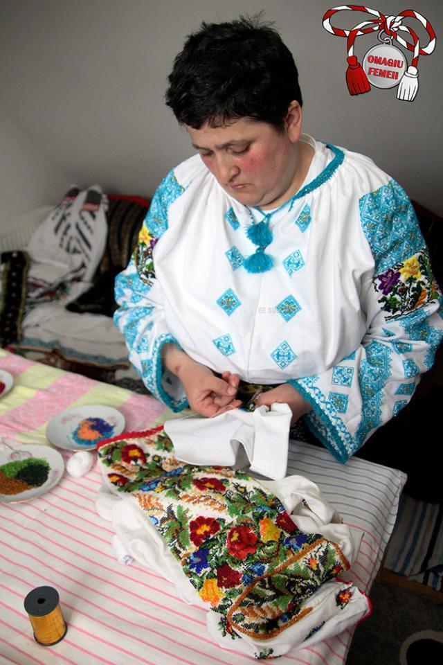 Elena Iurciuc, din Şerbăuţi, împodobeşte cămăşile tradiţionale cu mii de mărgele colorate