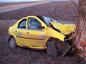 La faţa locului nu au fost găsite urme de frânare, şoferul zdrobindu-se de copac