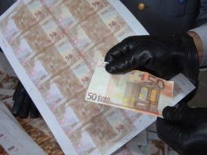 Anchetatorii susțin  că cei patru a pus în circulație 31 de bancnote contrafăcute din cupiură de 50 de euro. Foto: portalsm.ro
