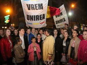 Pentru a marca 96 de ani de la Unirea Basarabiei cu România, zeci de tineri s-au prins în Hora Unirii şi au lansat lampioane tricolore