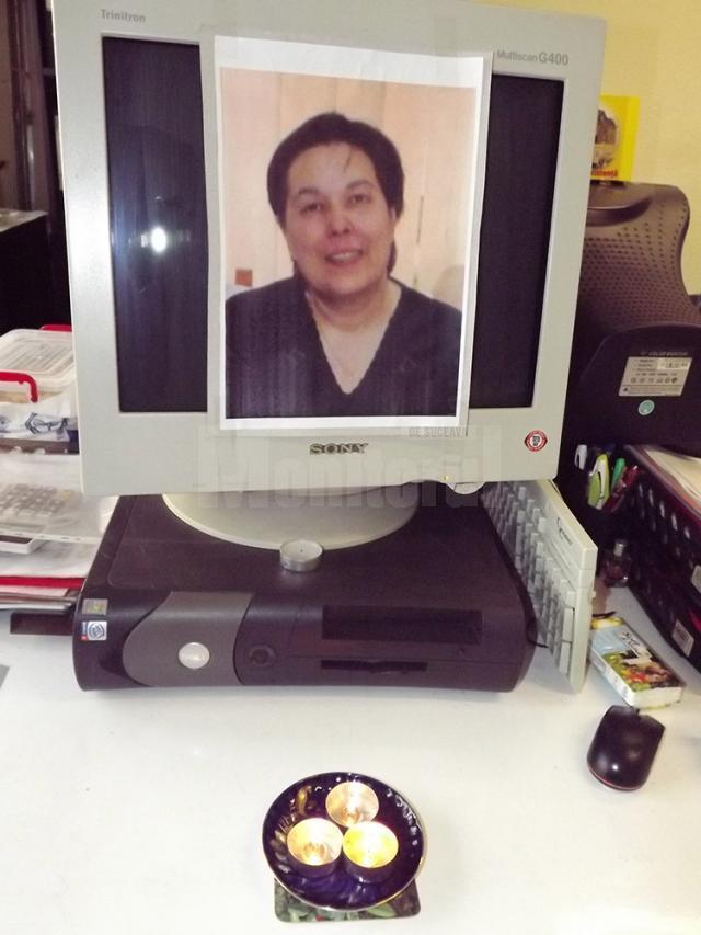 Fotografia Magdei Ghiaţă, lipită de colegi pe monitorul computerului pe care lucra, în faţa căruia au aprins câteva lumânări