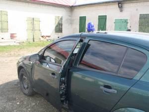 Maşina Politiei de Frontiera lovită de autoutilitara fugarilor şi avariată de groapa din asfalt