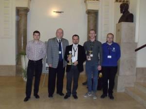 De la stânga la dreapta: Teodor Luchian (menţiune), Eugen Coca (mentor), Adrian Petrariu (antrenor), Eduard Grigoraş (premiul I) şi Ovidiu Timoficiuc (premiul III)