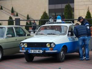 La paradă a participat şi o Dacie în culorile alb-albastre ale miliţiei comuniste