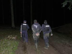 Focuri de armă în pădure, după şase indivizi care tăiau copaci
