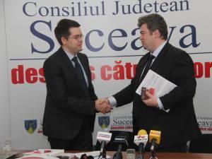 Contractul de împrumut a fost semnat în cursul zilei de marţi de preşedintele CJ Suceava, Cătălin Nechifor, şi de managerul pentru relaţii cu clienţii din cadrul UniCredit Ţiriac Bank, Cosmin Cătălin Gheorghe