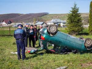 În accidentul petrecut la Pătrăuţi, o tânără a pierdut controlul volanului şi s-a răsturnat cu maşina. Foto: Mihai Nicoară