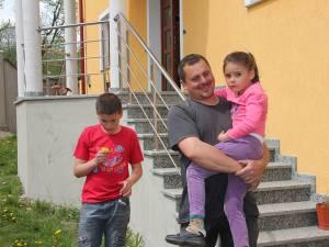 Simion Tomescu, alături de copiii săi, Adrian si Cristina