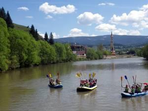 Tiroliană şi river rafting pentru turiştii care şi-au petrecut minivacanţa de 1 mai la Vatra Dornei
