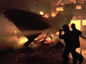 Un incendiu extrem de violent a mistuit o brutărie, o fostă moară şi o casă