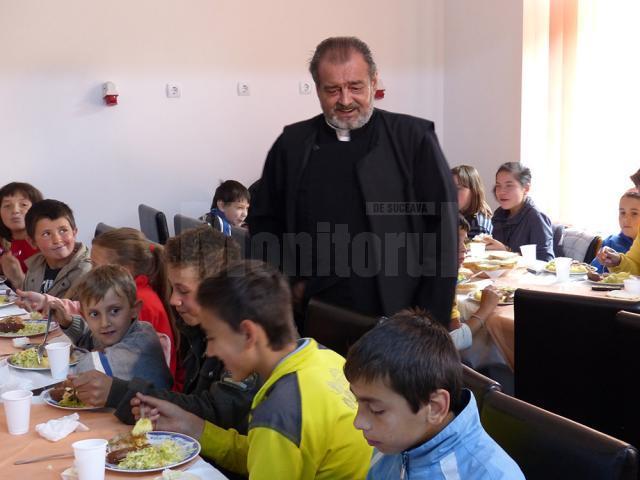 Părintele Mihai Negrea în mijlocul copiilor la Casa Vladimir