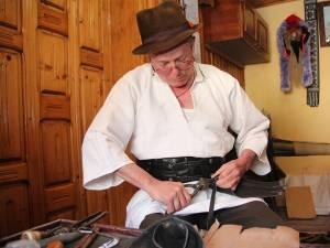 Ioan Hojbotă, meşter popular din Gura Humorului, la masa de lucru în atelier