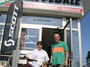 Câştigătoarea concursului şi-a primit bicicleta din mâna administratorului magazinului La Pedale, Tiberiu Serdenciuc