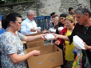 Primarul Ion Lungu şi familia sa au oferit 5.000 de sarmale şi 5.000 de sticle de apă pelerinilor veniţi din toată ţara să se roage la moaştele Sfântului Ioan cel Nou