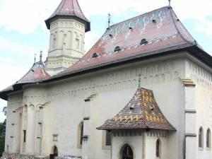 Sute de credincioşi din toate colţurile ţării au participat aseară în curtea Mănăstirii Sf. Ioan cel Nou de la Suceava, la slujba de priveghere