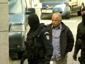 Procurorul-şef Dumitru Dîmbu, în momentul în care a fost adus duminică după-amiază  la sediul DNA Bucureşti