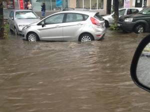Străzi inundate de ploaia torenţială din Suceava Foto: Dan Hreceniuc