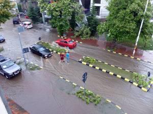 Un potop cum nu s-a mai văzut de ani de zile a inundat masiv ieri străzile Sucevei