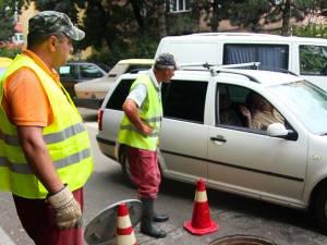 După ploile din ultima perioadă, asfaltul s-a surpat în mai multe zone ale Sucevei