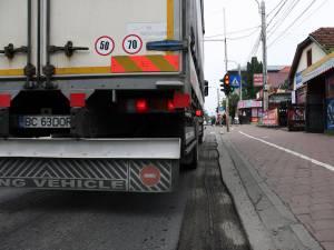 Autovehiculele de mare tonaj sunt considerate principala cauză a văluririi asfaltului turnat în urmă cu doi ani, în zonele de aşteptare la semafor