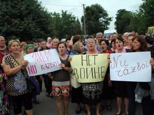 Oamenii au ieşit în stradă cu pancarte prin care s-au declarat împotriva războiului. Foto: bucpress.eu