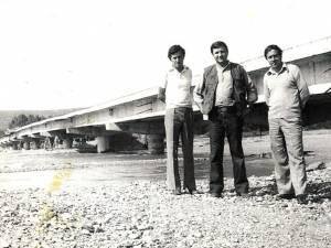 Maistrul Gheorghe Ciocârlan (în stânga) şi inginerul Eugen Girigan (dreapta), la inaugurarea podului dintre Baia şi Bogata