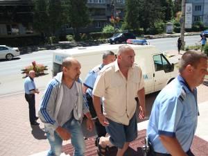După expirarea celor 24 de ore ale ordonanţei de reţinere, Ioan Sava (dreapta) şi Nicuţă Solcan (stânga) au fost lăsaţi să se întoarcă la domiciliile lor