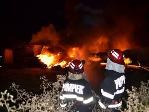 """""""Ardeau mai multe clădiri, piese auto şi stive de anvelope"""", a precizat plutonierul adjutant Alin Găleată"""