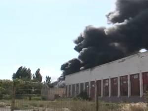 Un incendiu a izbucnit ieri, în plină zi, în zona industrială a Sucevei, în curtea fostei Întreprinderi de Reparaţii Auto (IRA) Suceava