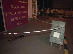 Tânărul a fost atacat şi bătut cu sălbăticie în apropierea staţiei de taxiuri din laterala Casei de Cultură