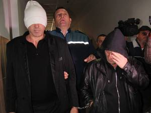 """""""Suntem nevinovaţi"""", au declarat cei doi indivizi pe holurile Tribunalului Suceava"""